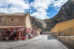 Vila de Ollantaytambo, loja da lembrança e entrada a Inca Ruins e aos terraços - Ollantaytambo, vale sagrado, Peru imagens de stock royalty free