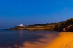 Vila de Pirgaki com a igreja local na ilha de Paros em Grécia durante a hora azul Fotografia de Stock