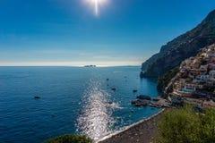 Vila de Positano com a praia minúscula e as casas coloridas, costa de Amalfi imagens de stock royalty free