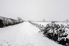 A vila de pouco kineton na neve e no gelo foto de stock