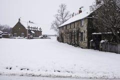 A vila de pouco kineton na neve e no gelo fotografia de stock royalty free