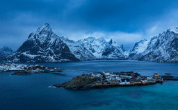 Vila de Reine em ilhas de Lofoten no inverno imagens de stock