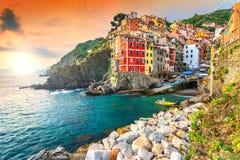 Vila de Riomaggiore na costa de Cinque Terre de Itália, Europa Imagem de Stock