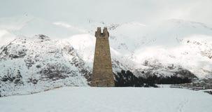 Vila de Sioni, região de Mtskheta-mtianeti, Geórgia Torre de vigia de pedra velha antiga na aldeia da montanha Estação do inverno filme