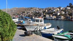 Vila de Symi e porto de pesca imagens de stock