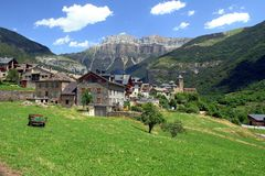 Vila de Torla antes da entrada do parque nacional de Ordesa em Aragon, Espanha foto de stock royalty free
