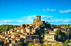 Vila de Toscânia, de Arcidosso e torre medievais Monte Amiata, Gro fotos de stock