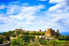 Vila de Toscânia, de Montalcino, fortaleza e igreja medievais Siena Imagem de Stock