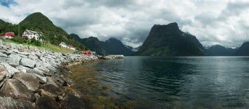 Vila de Urke e fiorde de Hjorundfjorden Foto de Stock
