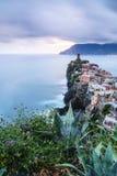 Vila de Vernazza em Cinque Terre, Itália no por do sol Imagem de Stock