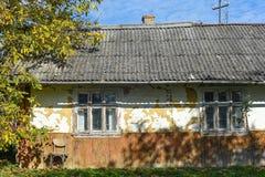 Vila de Voroblevychi, distrito de Drohobych, Ucrânia ocidental - 14 de outubro de 2017: Um abando velho, vida rural, série em tor Fotografia de Stock Royalty Free