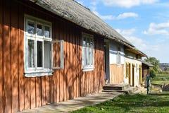 Vila de Voroblevychi, distrito de Drohobych, Ucrânia ocidental - 14 de outubro de 2017: Uma casa velha, vida rural, série em torn Imagens de Stock Royalty Free