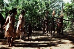 Vila de Walarano, ilha de Malekula/Vanuatu - 9 DE JULHO DE 2016: dança tribal local do homem e da mulher durante uma celebração d foto de stock