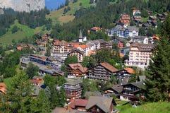 Vila de Wengen no Bernese Oberland nos cumes suíços fotos de stock royalty free