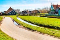Vila de Zaanse Schans, Holanda, casas verdes contra o céu nebuloso azul Fotos de Stock Royalty Free