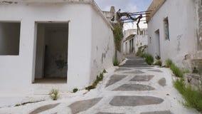 Vila deixar para lá com as casas e a rua brancas autênticas, Creta, Grécia vídeos de arquivo