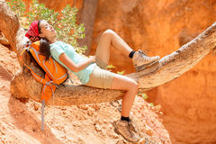 Vila den avslappnande kvinnafotvandraren som ner ligger Royaltyfri Fotografi