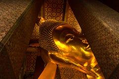 Vila den guld- statyframsidan för Buddha. Wat Pho Bangko Arkivfoton