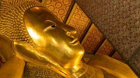 Vila den guld- statyn för Buddha och thai konstarkitektur Fotografering för Bildbyråer
