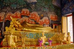 Vila den guld- statyn för Buddha och thai konstarkitektur i Wat Bovoranives, Bangkok, Thailand Royaltyfria Foton