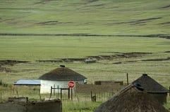 Vila do Basotho com sinal do batente imagem de stock