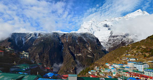 Vila do bazar de Namche com a montagem no fundo, Nepal de Kongde Ri imagem de stock royalty free