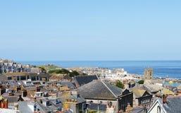 Vila do beira-mar de St Ives, Cornualha, Reino Unido Vista sobre a cidade velha com as casas típicas na luz do sol do verão da ta imagem de stock