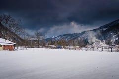 Vila do campo na neve do inverno Foto de Stock