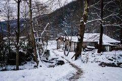 Vila do campo na neve do inverno Imagens de Stock Royalty Free