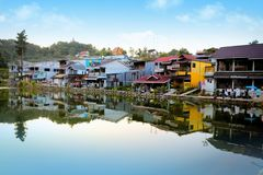 vila do E-tong no kanjanaburi, Tailândia foto de stock