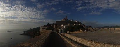 A vila do ibiza pelo mar em panorâmico fotografia de stock