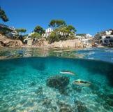 Vila do litoral da Espanha e mar subaquático dos peixes foto de stock royalty free