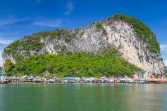 Vila do pescador de Panyee do Koh na água do louro de Phang Nga Fotografia de Stock