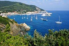 A vila do porto de Marciana no console da Ilha de Elba fotografia de stock