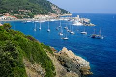 A vila do porto de Marciana no console da Ilha de Elba fotos de stock