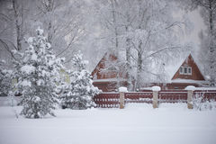Vila do russo do inverno completamente da neve Imagem de Stock Royalty Free