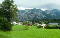 Vila do vale entre as montanhas imagens de stock royalty free
