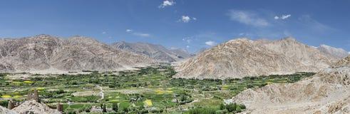 Vila dos oásis no panorama das montanhas da sobremesa Imagens de Stock Royalty Free