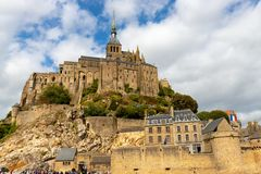 A vila e a abadia de Mont Saint Michel imagem de stock