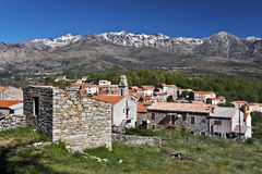 Vila e Monte Cinto Massif de Casamaccioli em Córsega Foto de Stock