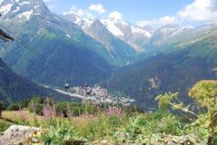 A vila e os picos de montanha de Dombay Fotos de Stock Royalty Free