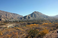 Vila e pomar nas montanhas Fotografia de Stock Royalty Free