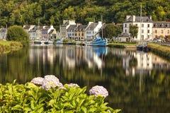 Vila e porto do porto Launay no rio de Aulne imagens de stock
