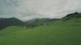 Vila e torres de vigia de Omalo em montes épicos do voo das montanhas de Cáucaso e nos animais Georgian de Geórgia da natureza da video estoque
