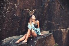 Vila efter långt ha fotvandrat för väg Den nätta kvinnan kopplar av i berg på idyllisk sommardag Den sexiga kvinnan sitter på vag royaltyfri fotografi