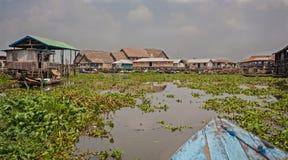 A vila em polos de Ganvie em Benin imagem de stock