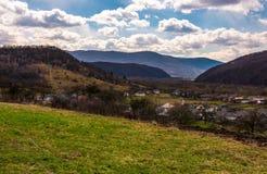 A vila em rural montanhoso é imagem de stock