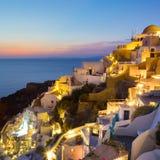 Vila em Santorini no por do sol, Grécia de Oia Imagem de Stock