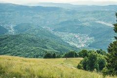 Vila europeia da paisagem entre montanhas Imagens de Stock Royalty Free