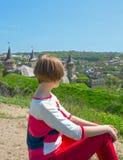 Vila för flicka som ser slotten Arkivfoton